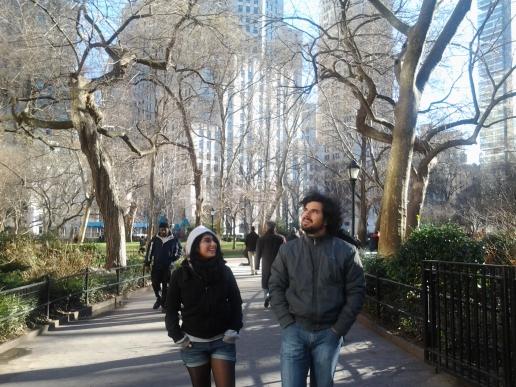 Diego y Camila caminando terrible casual entre los newyorkers