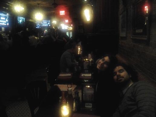 Algo se aprecia del bar en esta foto sin flash