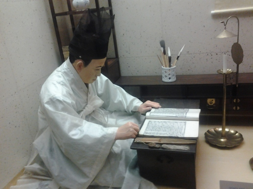 El chino leyendo la telcela