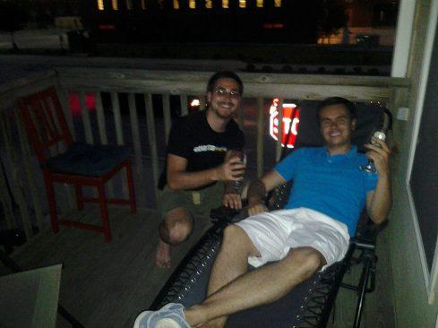 El que parece japones es realmente gringo (Tim) y el que parece colombiano es colombiano (Daniel). Los roommates de Dieguin.