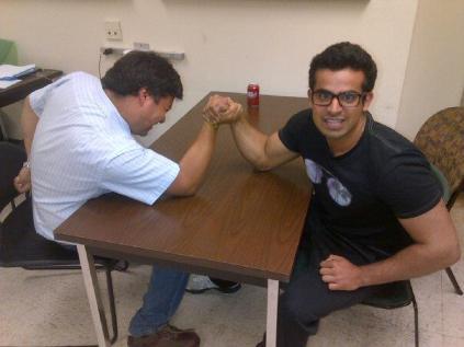 """Ayush posando a la cámara mientras """"estudia"""" con Pedro"""
